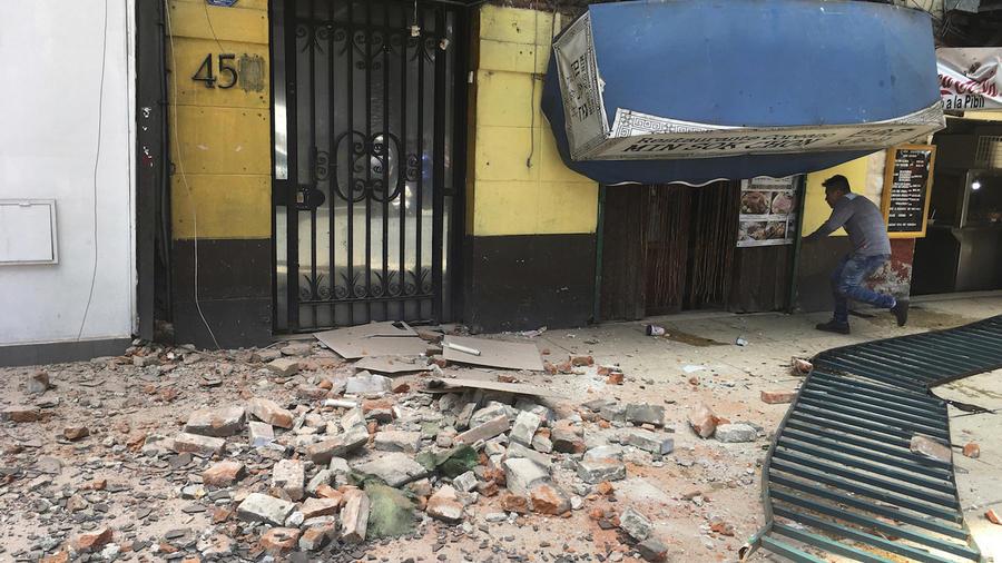 Un hombre entra en un edificio dañado por el terremoto en Ciudad de México este martes.