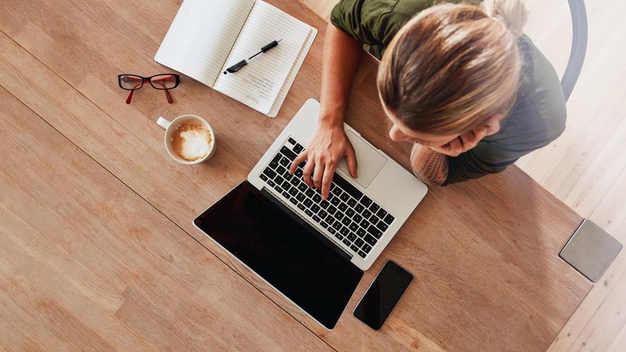 Mujer escribiendo en la computadora