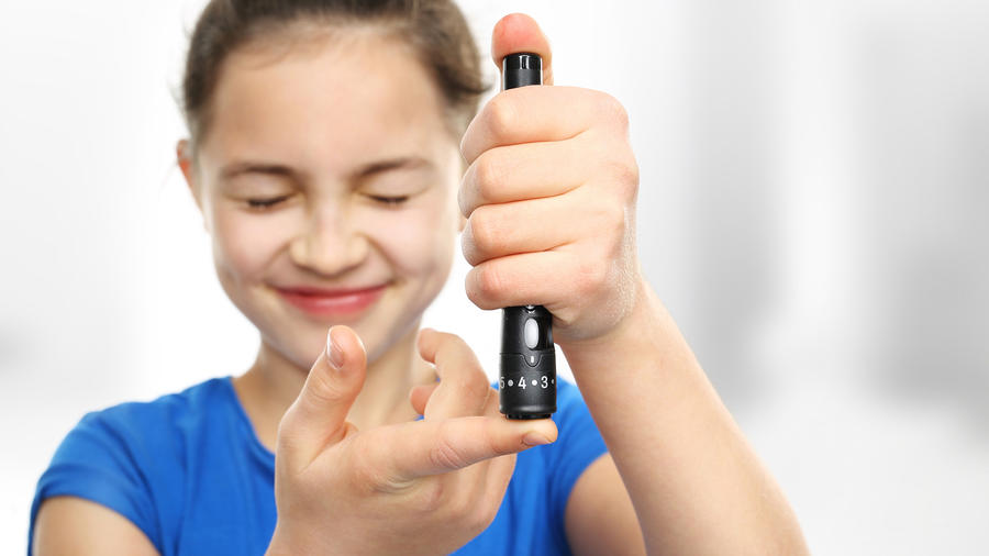 Niña midiéndose la glucemia
