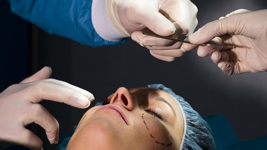 Mujer haciéndose cirugía plástica