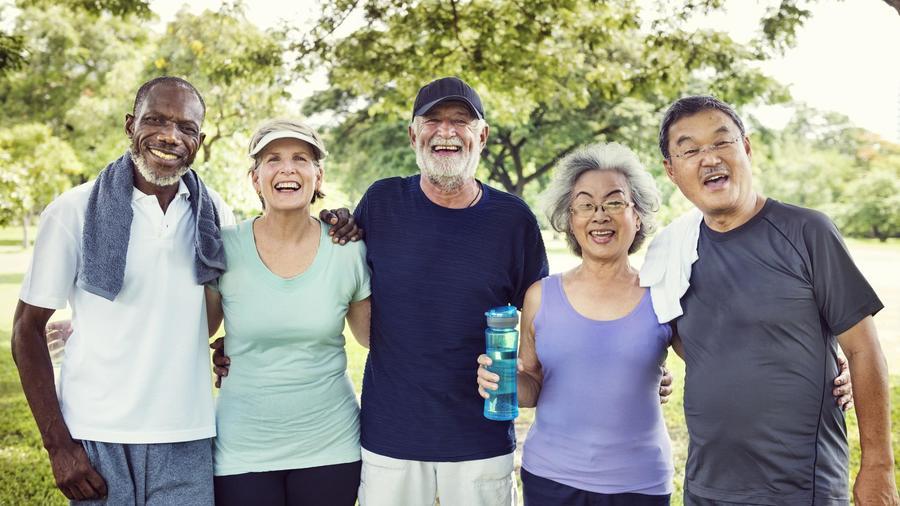 Adultos mayores haciendo ejercicio