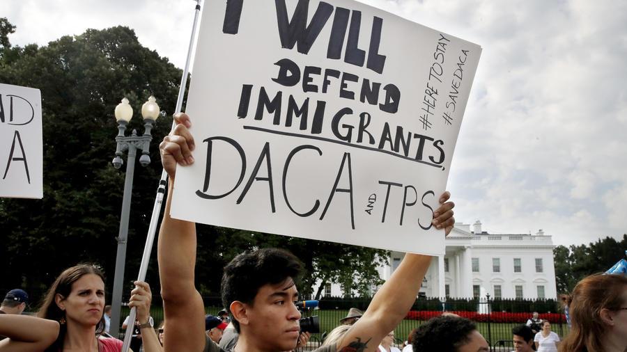 Diego Rios, latino, sostiene un cartel en defensa del DACA en Washington.