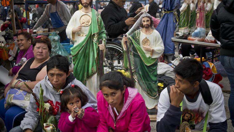 Fieles asisten al culto a San Judas Tadeo el 28 de octubre de 2015/AP