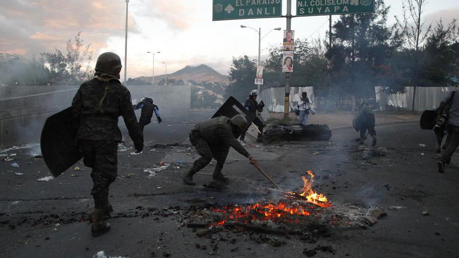 La policía de Honduras durante las manfiestaciones contra el supuesto fraude electoral.