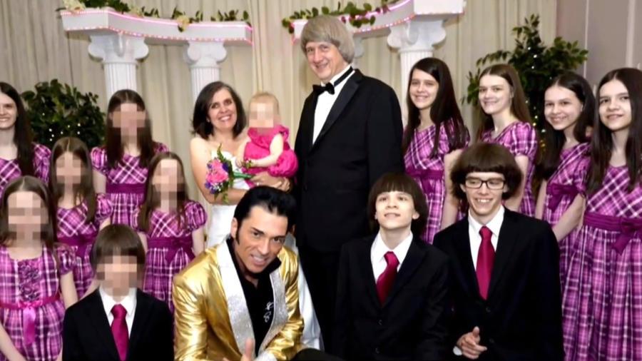 El imitador de Elvis junto al matrimonio acusado de maltrato y sus 13 hijos en Las Vegas.