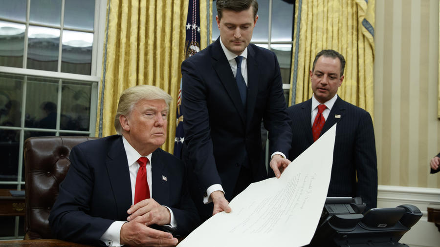 El presidente Donald Trump acompañado de Porter.