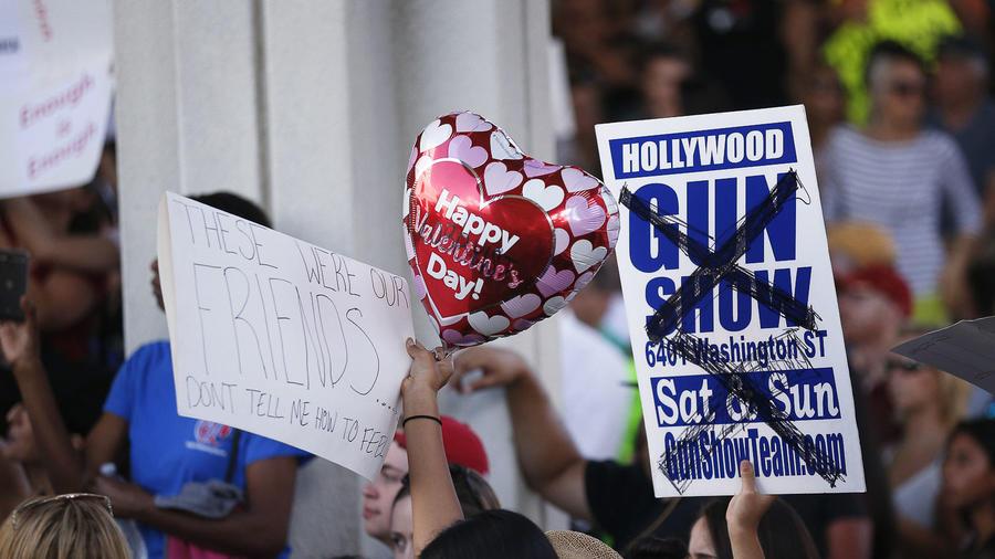 Los manifestantes muestran su rechazo a las armas en los escalones del juzgado federal del condado de Broward en Fort Lauderdale, Florida.