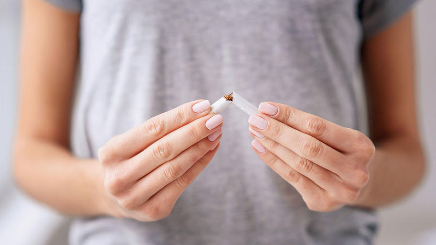 Mujer rompe cigarrillo