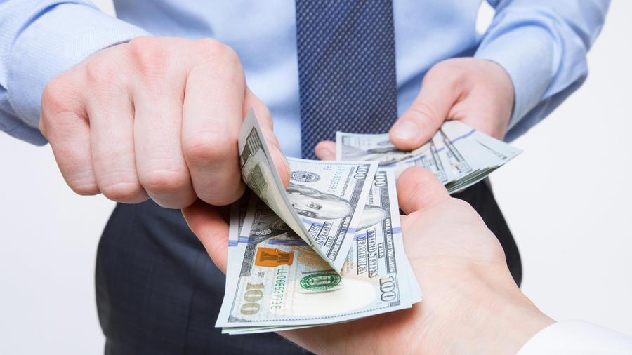 Manos intercambiando dinero
