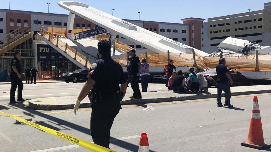 El personal de emergencia trabaja en la escena de un puente peatonal colapsado en la Universidad Internacional de Florida .