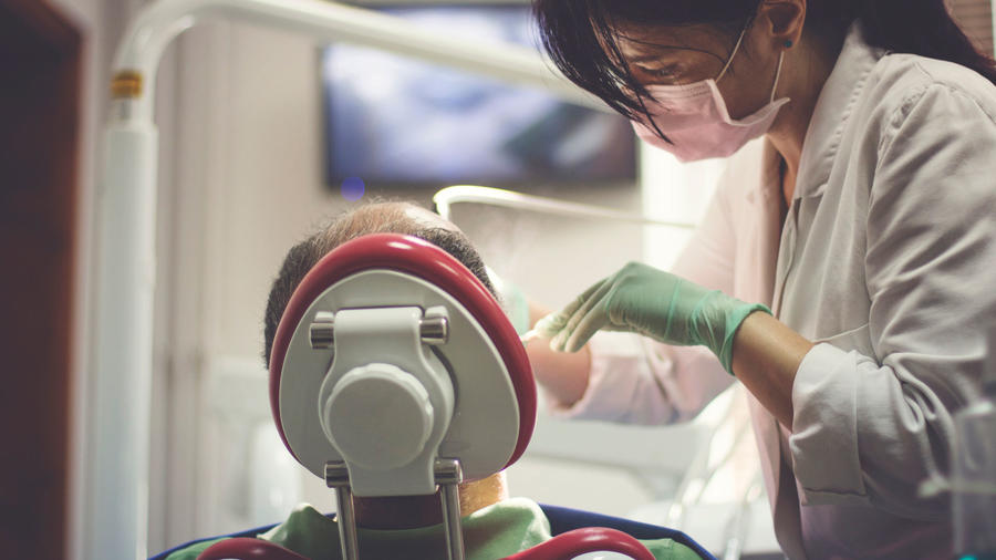 Dentista trabajando con paciente