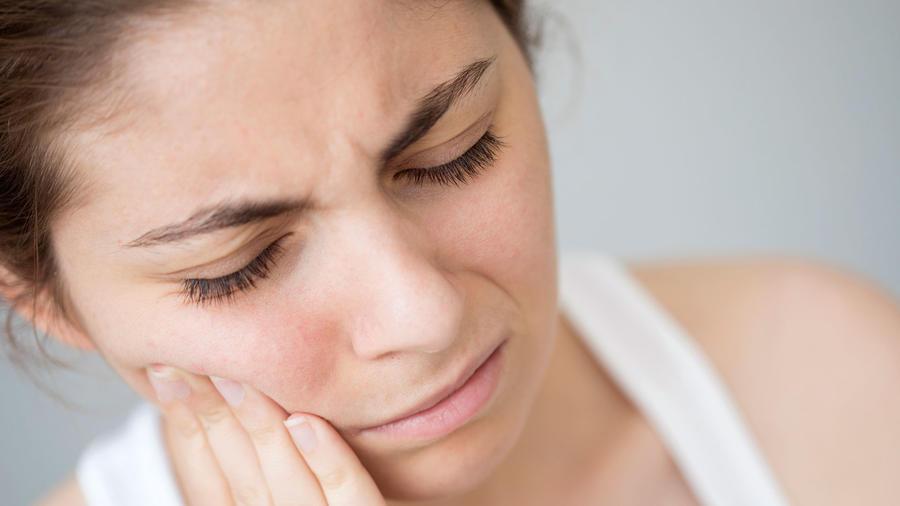 Mujer con dolor en la boca