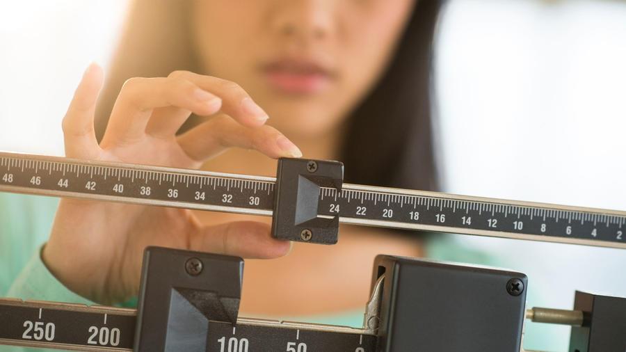 Mujer ajustando una balanza
