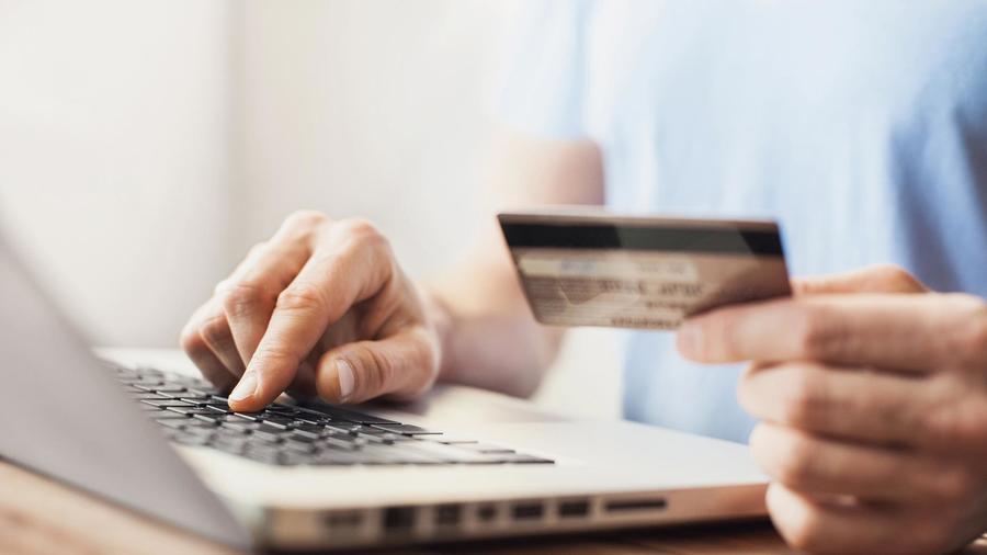 Hombre comprando online