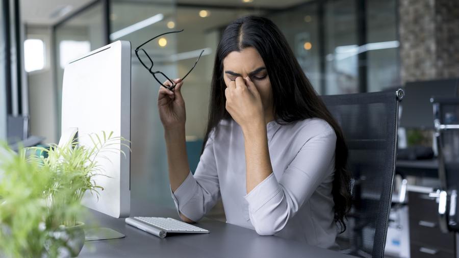Mujer preocupada frente a computadora