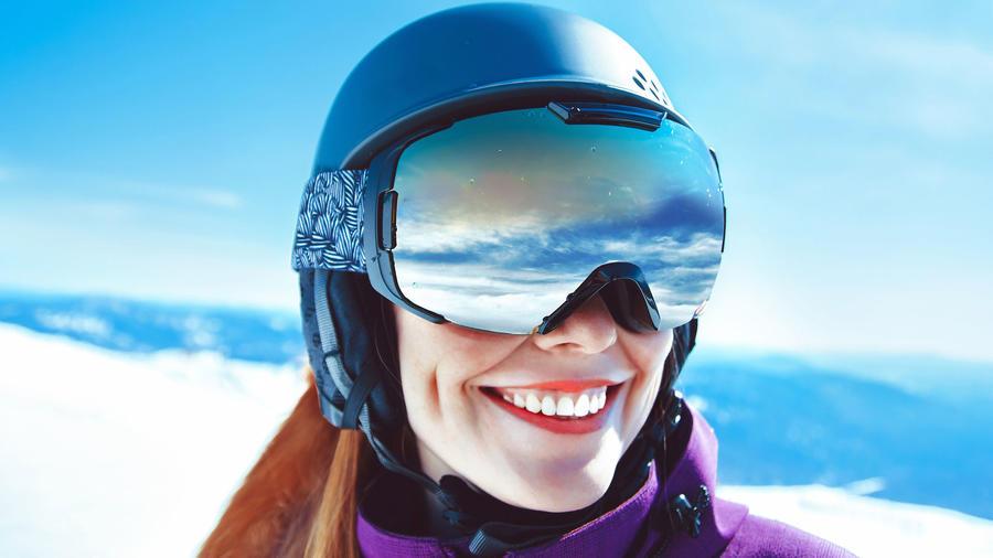 Mujer en la montaña, con goggles