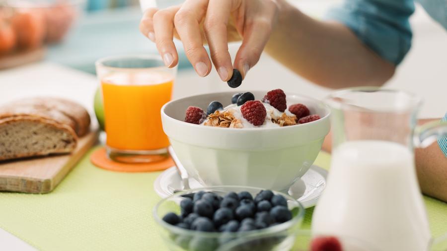 Persona comiendo desayuno saludable