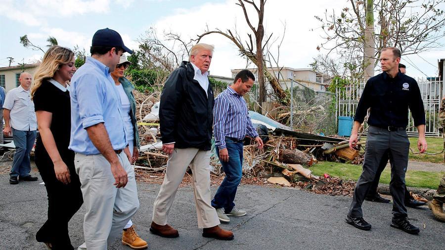Trump observa los daños causados por el huracán María en Guaynabo, Puerto Rico, en octubre de 2017