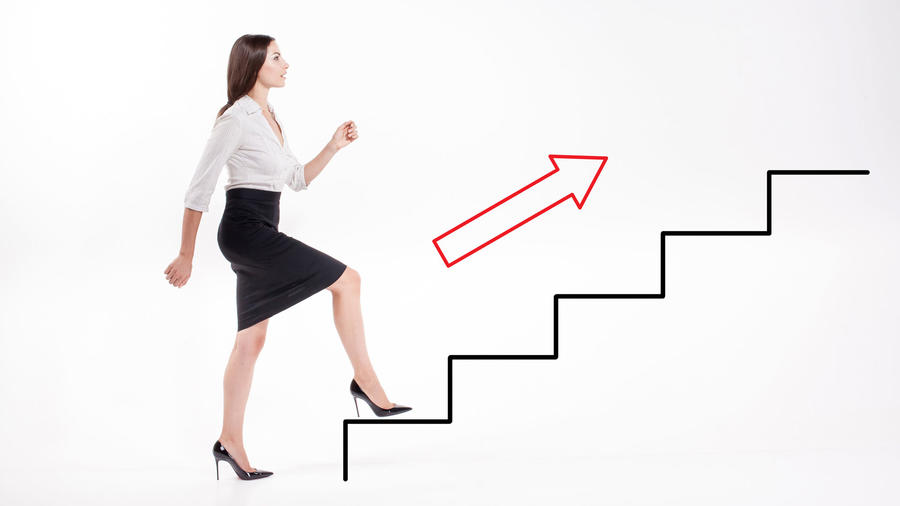 Mujer subiendo escalera