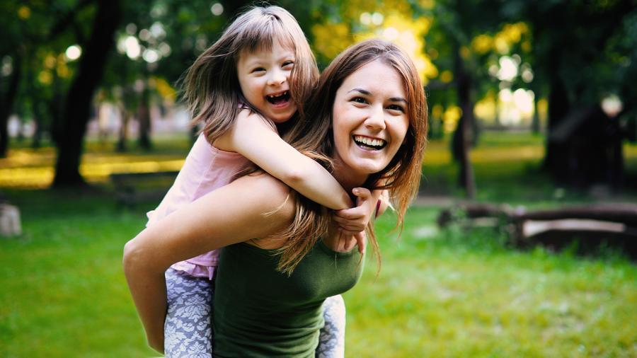 Mujer joven junto a niña