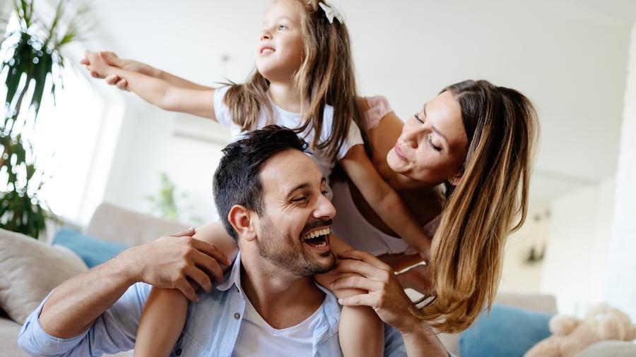 Madre y padre con su hija