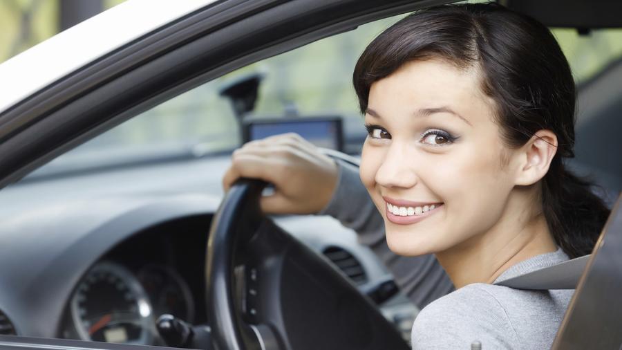 Joven conduciendo carro