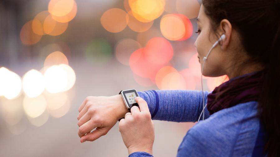 Chica con smartwatch