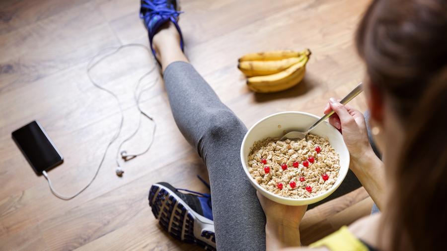 Mujer comiendo cereales