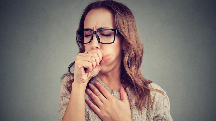 Mujer tosiendo