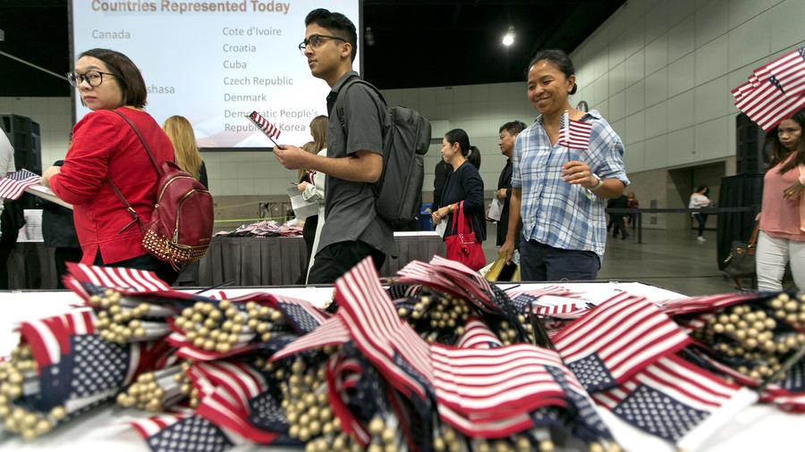 Ceremonia de naturalización en Los Angeles en septiembre de 2017 (AP Photo/Damian Dovarganes)