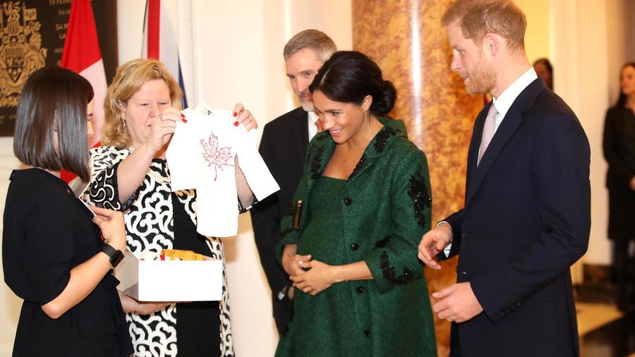 Meghan Markle y el Príncipe Harry reciben ropita de bebé