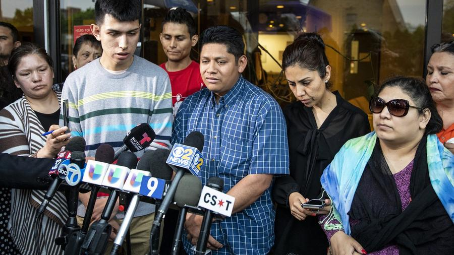 Rodeado de familiares y simpatizantes, el padre de Marlen Ochoa-López, Arnulfo Ochoa, habla con los reporteros fuera de la oficina del médico forense del Condado de Cook después de identificar el cuerpo de su hija el 16 de mayo de 2019 en Chicago. Hlee Re