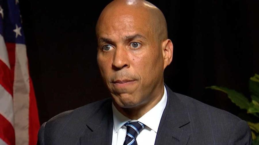 El precandidato demócrata a la presidencia Cory Booker en entrevista con Noticias Telemundo