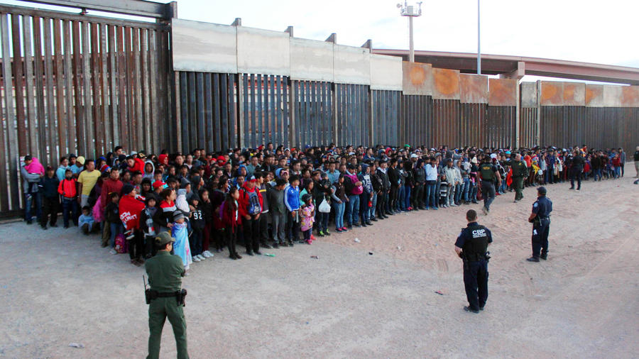 Inmigrantes esperando en la frontera