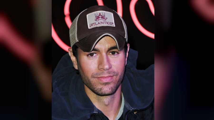 Enrique Iglesias con gorra