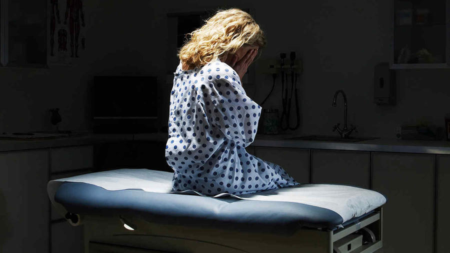 Mujer triste en el médico