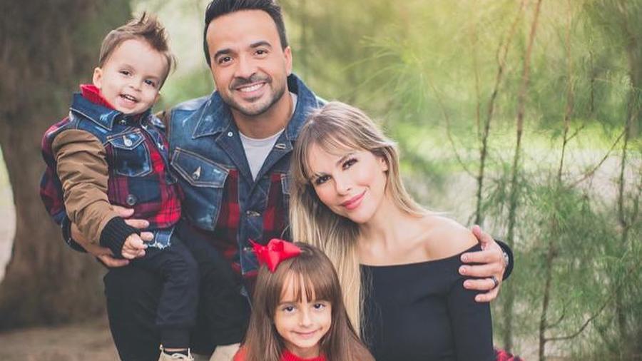 Foto de Navidad de Luis Fonsi y su familia