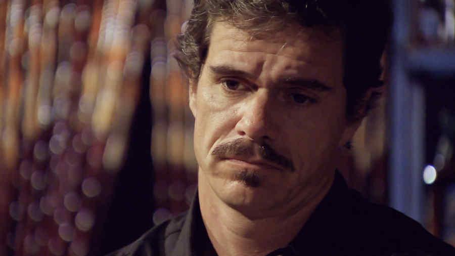 Tony Dalton, Renato pensativo en la serie Dueños del Paraíso