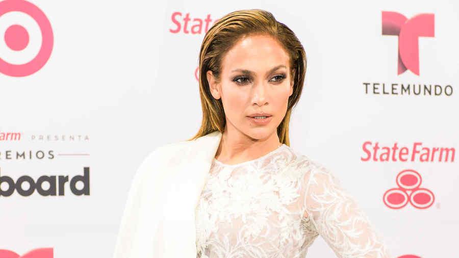 Jennifer Lopez, white carpet Latin Billboards 2015