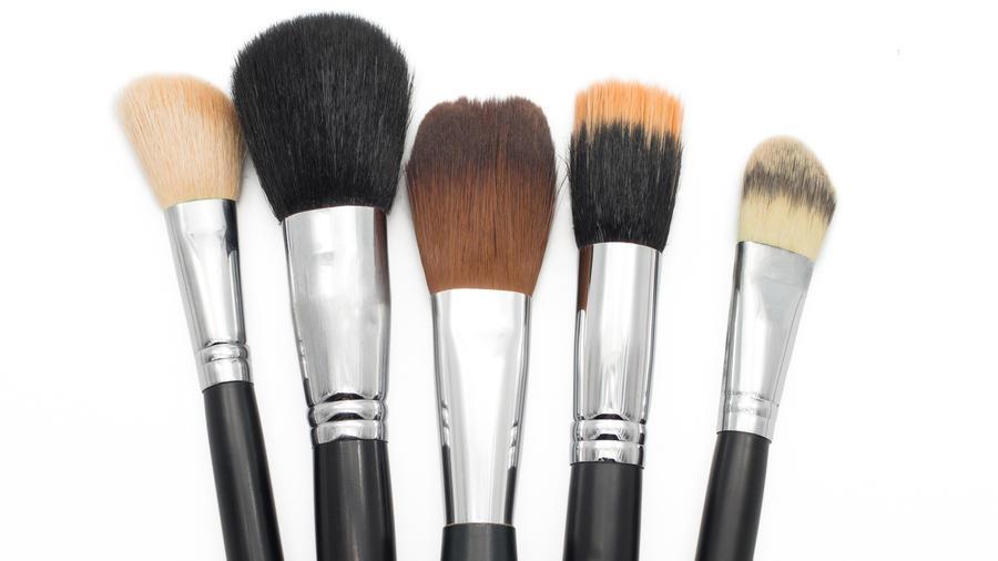 Varios tipos de brochas de maquillaje