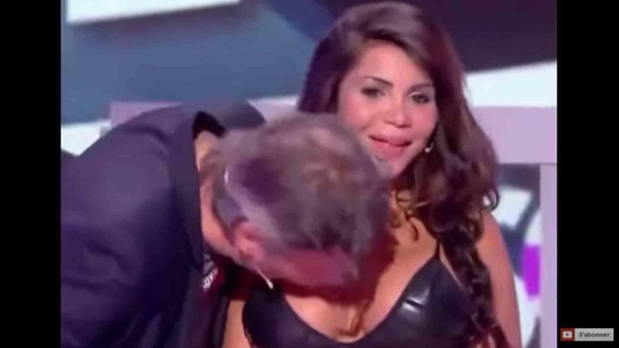 Conductor de TV francesa le besa el pecho a una actriz a la fuerza