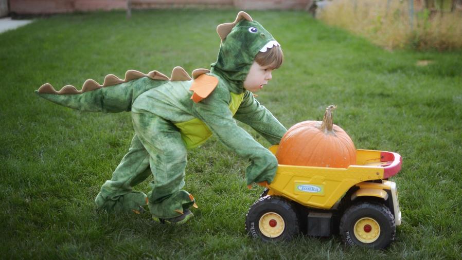 Niño con disfraz de dinosaurio