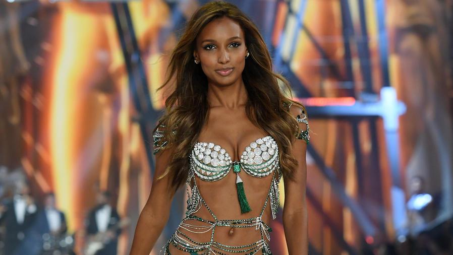 Jasmine Tookes en el Victoria's Secret Fashion Show en París