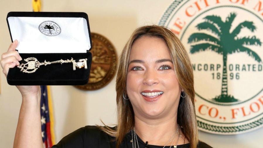 Adamari López recibiendo las llaves de la ciudad