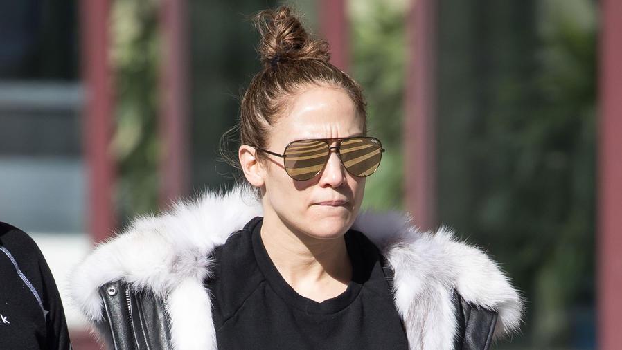 Jennifer Lopez sin maquillaje y con gafas