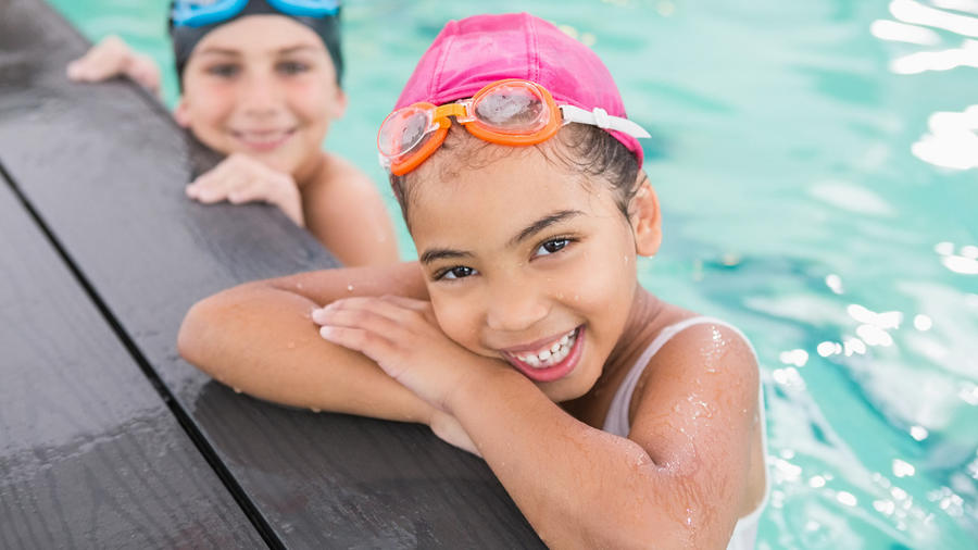 Niñas en la piscina