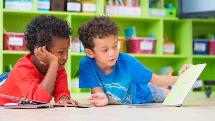 Niños de preescolar leyendo