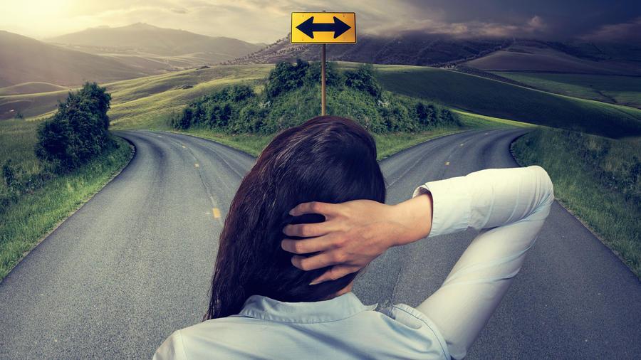 Mujer en una bifurcación de caminos