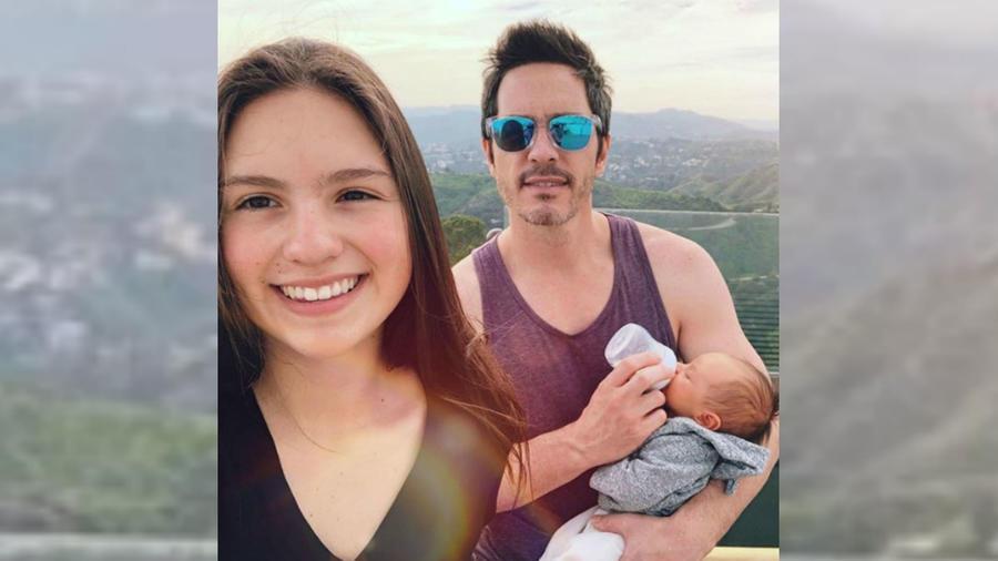 Mauricio Ochmann con sus hijas