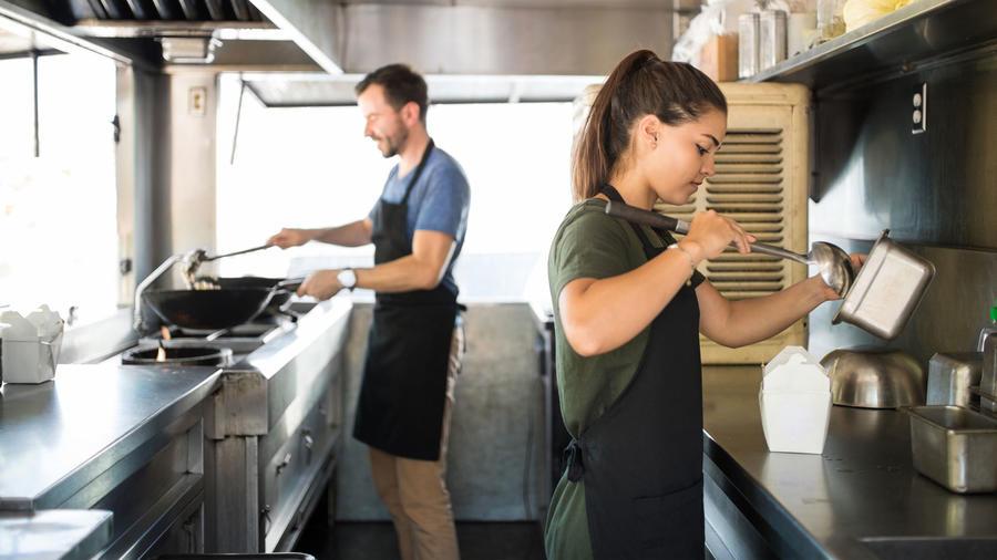 Mujer hispana trabajando en un food truck